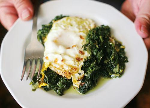 verduras con huevos fritos