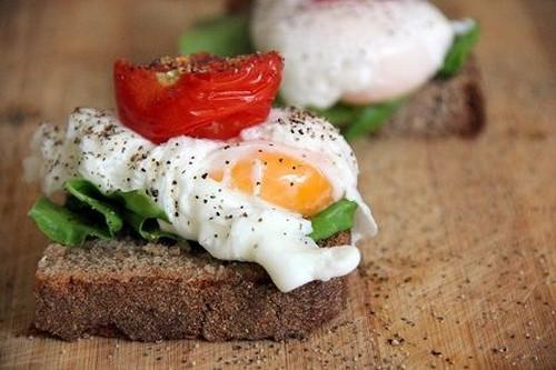 sándwich abierto de huevo y tomate