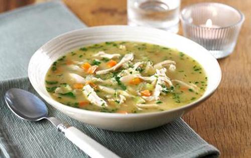 Una sabrosa sopa de pollo casera